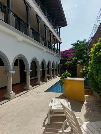 Hotel Colonial courtyard and pool