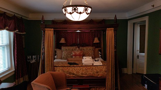Inn at 835: Rose Suite - 4-poster Bed
