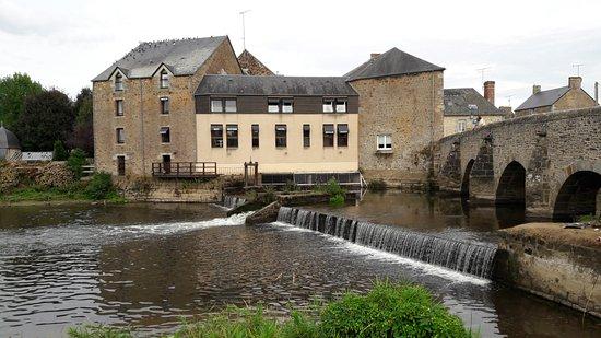Ducey, Francia: Blick auf Hotel, Wasserfall und Brücke