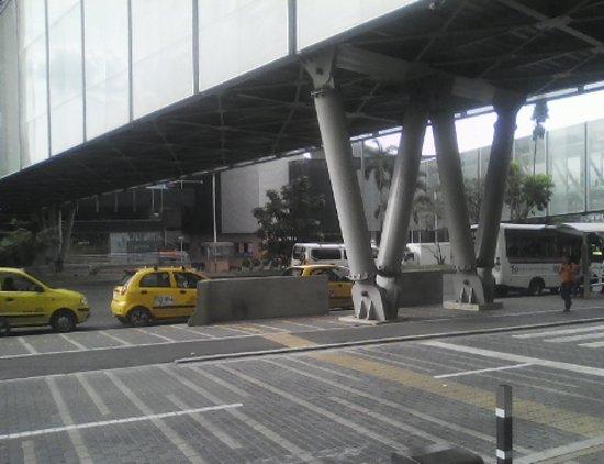 Mayorca Mega Plaza: servicio taxis bajo puentes