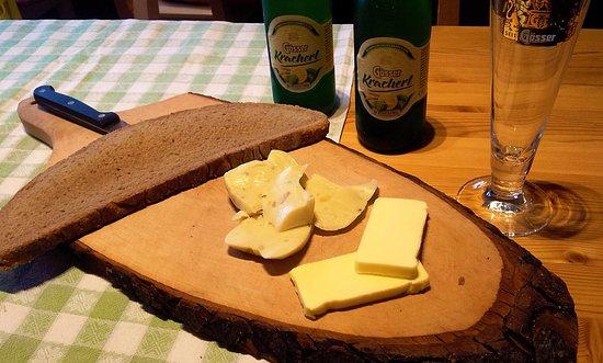 Oberzeiring, Autriche : The Steirerkäsebrot comes this way: Bread, butter & popular Steirerkäse (traditional Styrian Che