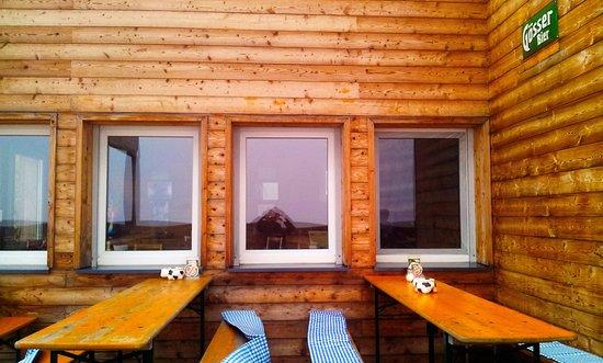 Oberzeiring, Autriche : The glass-roofed patio of the Klosterneuburgerhütte