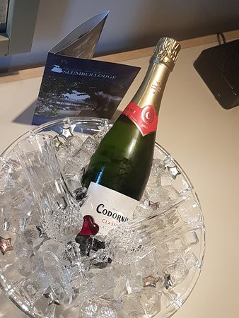 Slumber Lodge Motel: We not only got up graded for our anniversary, we received this amazing gift of champagne from t
