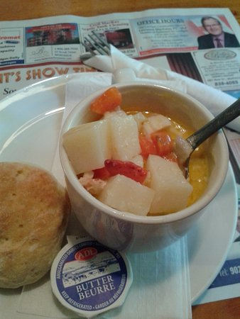 Murray Harbour, Canadá: A cup of Chowder (with potato, carrots, celery, lobster, scallops & white fish) & homemade biscu