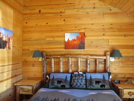 Bryce Canyon Country Cabins : Rustic knotty pine furnishings