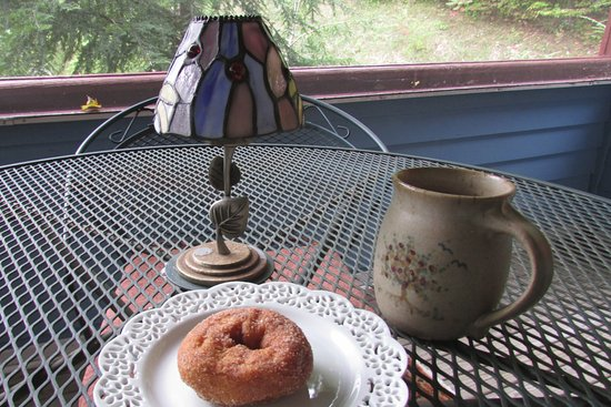Shaker Mill Inn: coffee and an apple cider donut