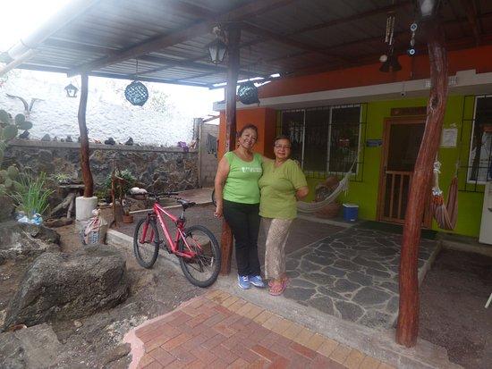 Hostal Casa de Laura: Una foto con la dueña: Doña Laura en la entrada al Hostal.
