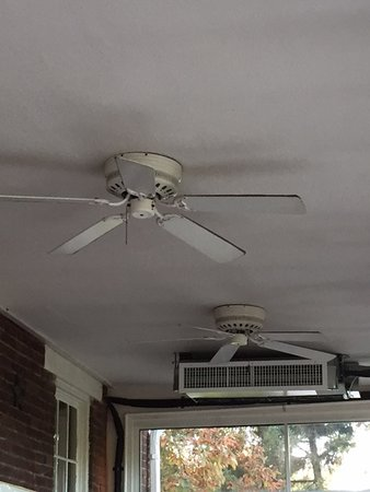 Carrollton, Огайо: dirt on ceiling fans in glass enclosed area upstairs