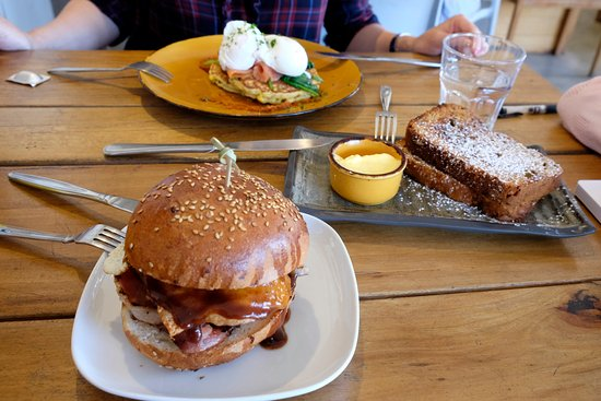 Mudjimba, Australië: Brekky burger, corn fritters and banana bread... Yummy!
