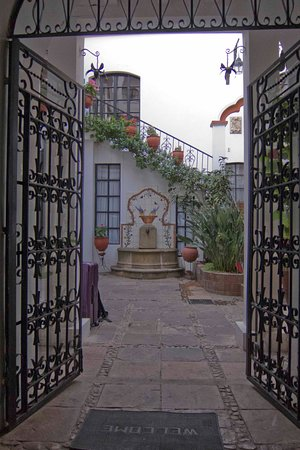 El Hostal de Su Merced: Courtyard Entry