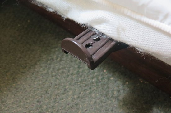 Howard Johnson Inn Salem: Protruding bed bracket (two on one side of bed. Ouch!~ )