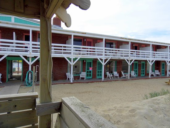 Sea Foam Motel: Ocean front rooms viewed from gazebo.