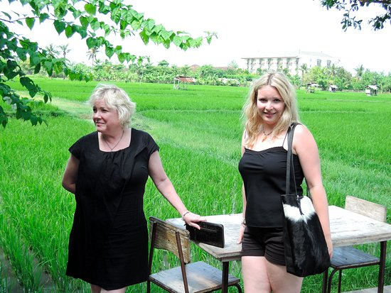เกโรโบกัน, อินโดนีเซีย: Robyn & daughter Tilly. Lovely day. Sumi in Black white hide hair, darlin wallet w Tammy flats