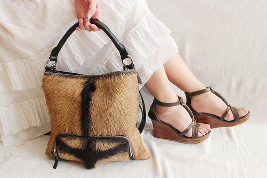 Kerobokan, Indonésie : The Margot in hide hair leather bag. Chic anywhere..