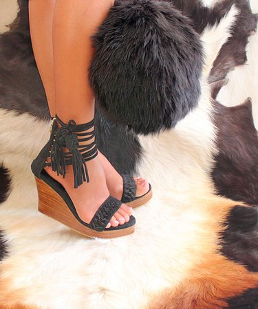 Kerobokan, Indonésie : Tiffany in black suede with our furry Manchester! Avaialble in Cappucinno, Grey, Red.