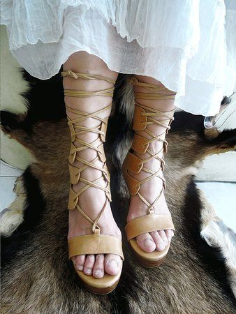 Kerobokan, Indonésie : Zoe in Tan, cross lace ups will perfectly fit your foot. Available in Black and Olive. Possible