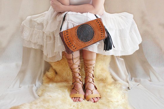 Kerobokan, Indonesien: Classic moments in Carrie clutch; hand tooled cut outs. Aurora flats in tan.