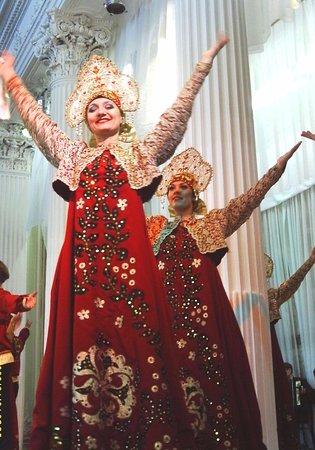 Feel yourself Russian : Excelente baile con el famoso paso deslizante de hermosas artistas rusas en el Teatro Nikoláievs