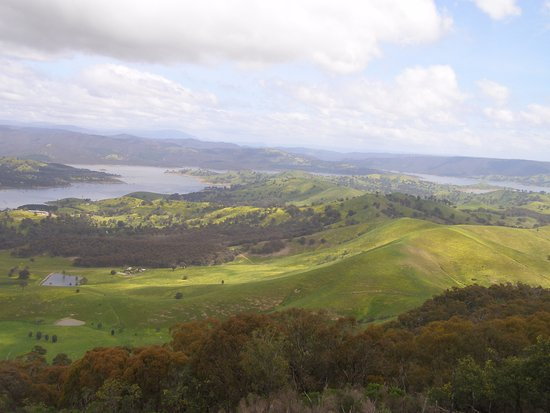 Mansfield, Australia: View of lake Eildon as we approached the Paps