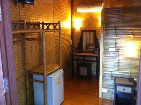 Jaidii Guesthouse : furniture and aircon