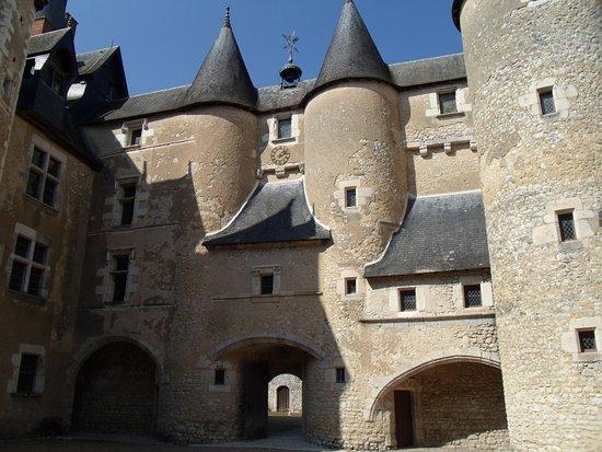 Fougeres-sur-Bievre, France : Château vu de la cour intérieure