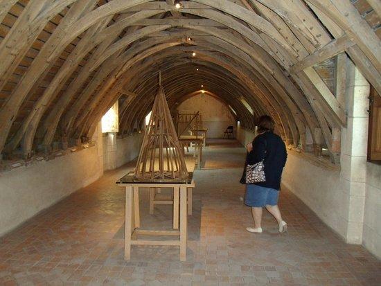 Fougeres-sur-Bievre, France : Grenier avec collection d'anciens outils