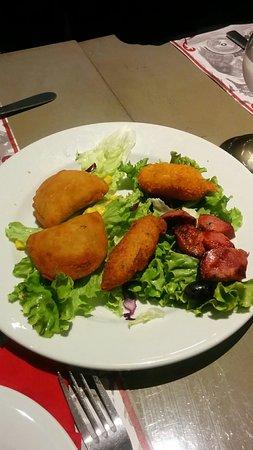 Sannois, Francja: Assortiment de beignets et chorizo grillé