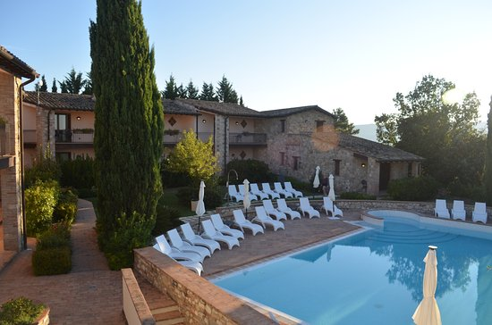 Canalicchio, Italia: View of pool and apartments