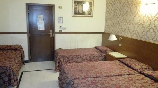 Repubblica Hotel: Scale d'ingresso accanto a vecchio montacarichi trasformato in piccolo ascensore;sala della hall
