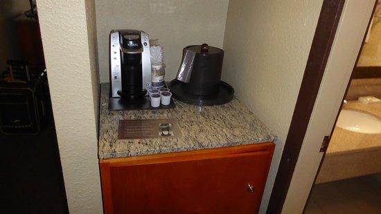 BEST WESTERN PLUS Abercorn Inn: Kühlschrank und Kaffeemaschine