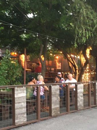 Onion Creek Coffee House: Auch im Biergarten ist es gemütlich