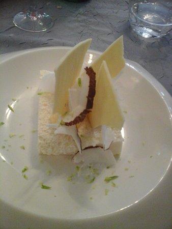 Descartes, France: Dessert : Pana cota copeaux noix de coco, citron vert avec décor en chocolat blanc