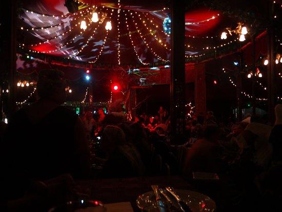 Madame Zingara Theatre of Dreams: Entre a coreografia das luzes e do pessoal actuante, apenas festa.