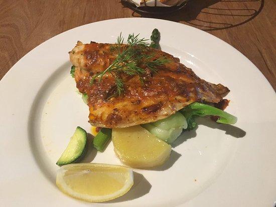 Waves Cafe Bar and Restaurant: Trancio di pesce arrosto con salsa di pompdoro