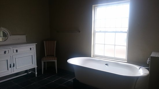 Saronsberg Vineyard Cottages: Beautiful en-suite bathroom w bathtup