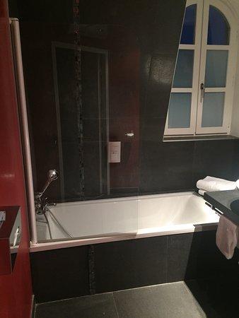 Chambre 202 avec sa salle de bain petite cour intérieur salle