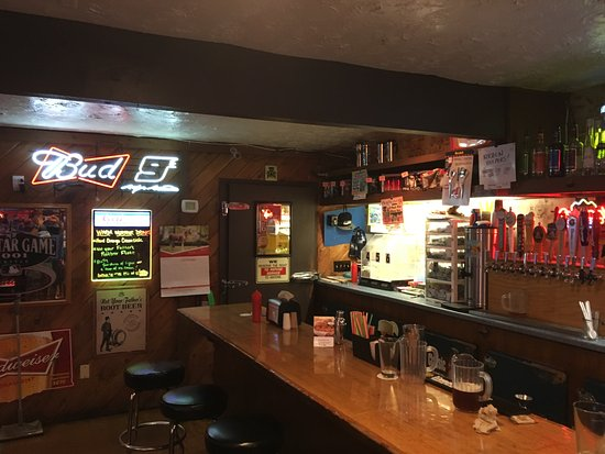 Hoodsport, WA: Lange Bar im Model T Pub.