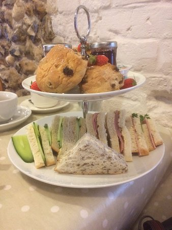 Linton, UK: The tea, GF sandwiches on the end, next to and touching the ordinary ones!