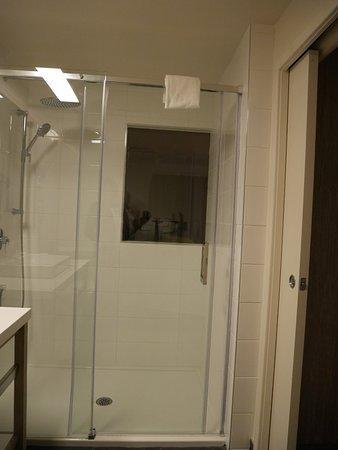 Carleton-sur-Mer, كندا: Fenêtre entre la chambre et la salle de bains !?!