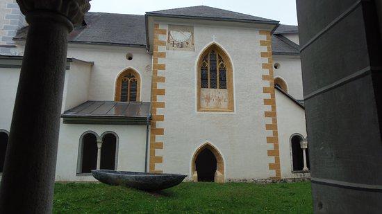 Millstatt, Austria: Kolostor, napórával a falon