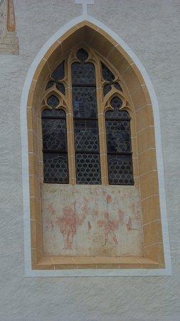 Millstatt, Austria: Gótikus ablak, freskótöredékkel