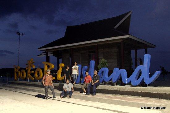 Kendari, Indonesia: Tulisan Bokori Island, diterangi lampu tenaga surya