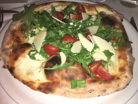 Castiglion Fiorentino, Italie : Pizza mit Parmesan und Ruccola