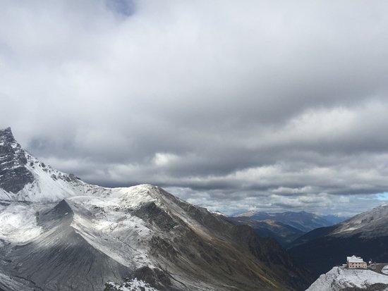 Solda, Italy: Schaubachhütte und Blick ins Tal Richtung Stilfs