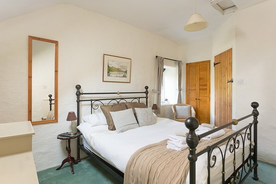 Bonsall, UK: Hill View - a double room with views over the rear garden and to files beyond
