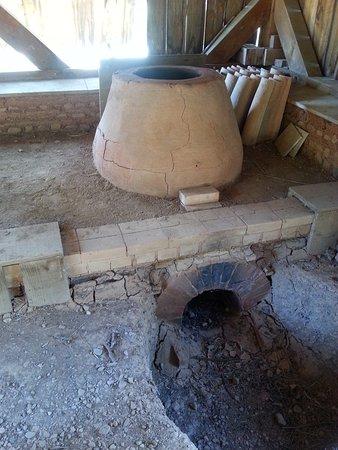 Salleles-d'Aude, Frankrike: reconstitution par les archéologues d'un petit four