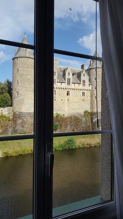 Hotel du Chateau : svegliarsi ogni mattina con il castello che si riflette nell'Oust... è un must !