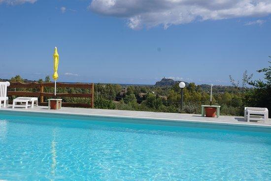 Torpe, อิตาลี: Prachtig fris en schoon zwembad met fantastische view!