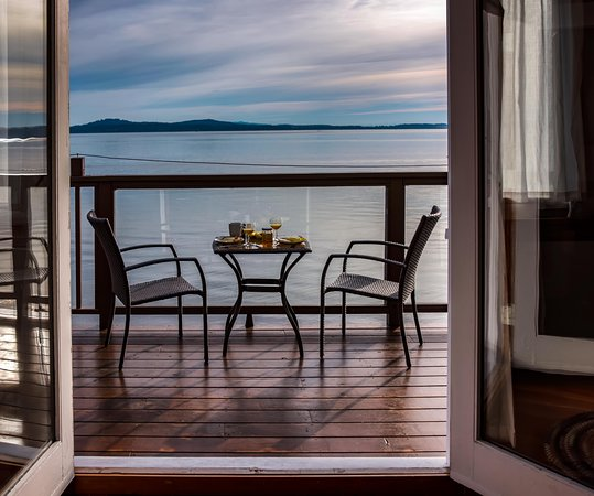 Mill Bay, Canada : dining on the deck at the Cottage