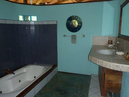 Liquid Magic Surf Resort: Queen Bungalow Bathroom